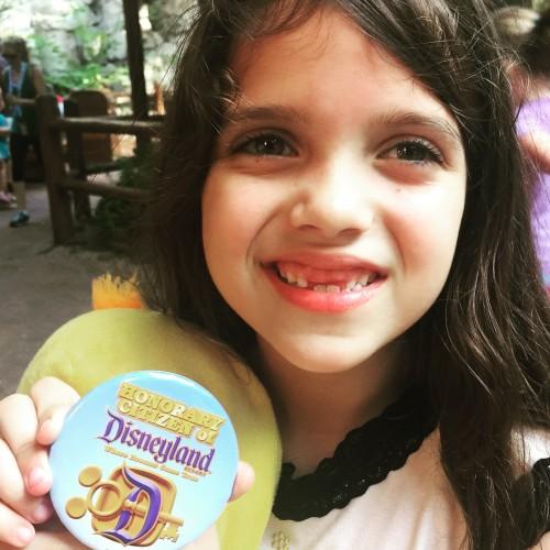 Recebendo o Botom de Cidadâ honorária da Disneyland Califórnia