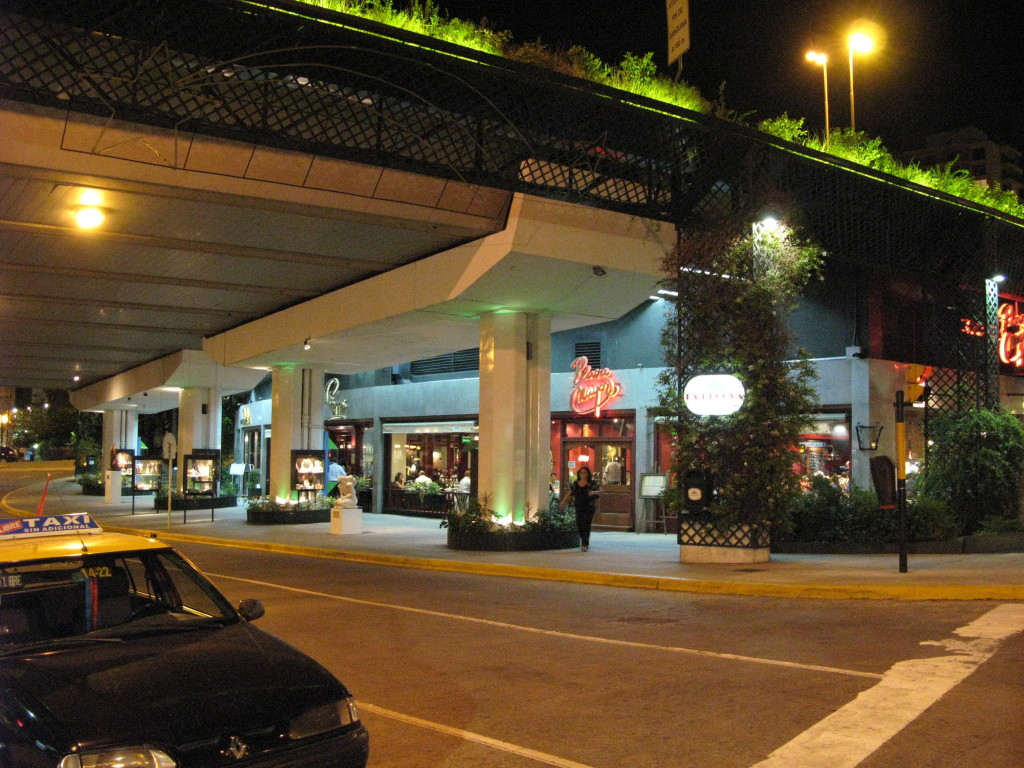 Restaurantes embaixo do viaduto no final da 9 de julio, chegando na Recoleta.
