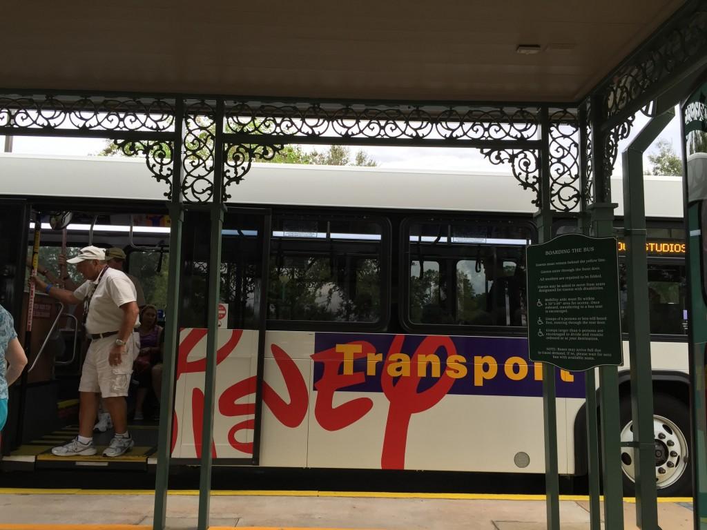 Ônibus de transporte dentro das terras da Disney para todos os parques