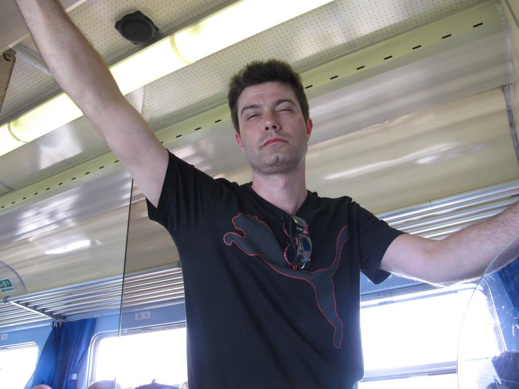 Mauro já de mau humor no trem para Veneza.