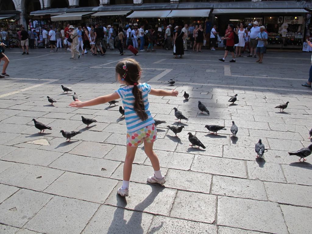 Ellerim completamente apaixonada pelos pombos!