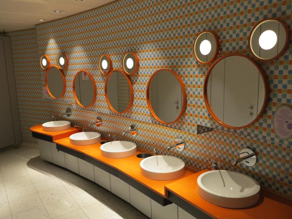Interior do banheiro das meninas