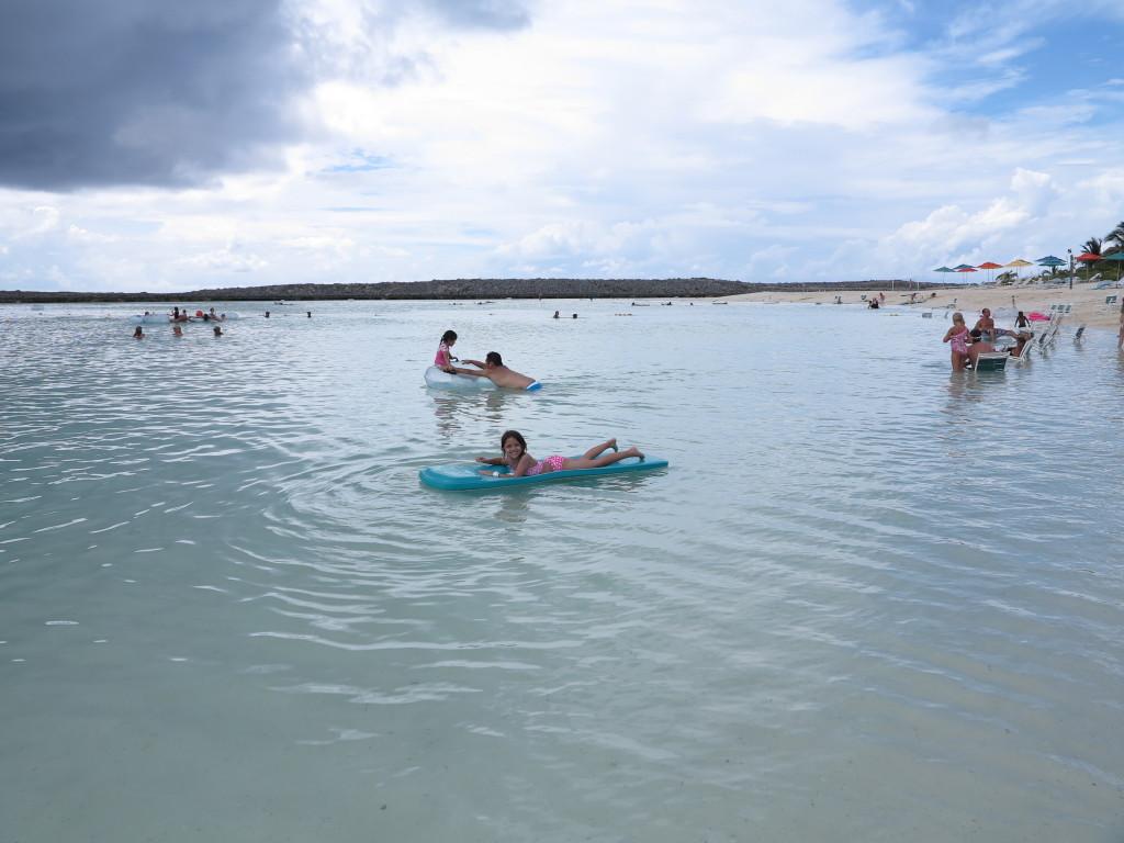 Disney Cruise: Castaway Cay - você pode alugar boias e colchões