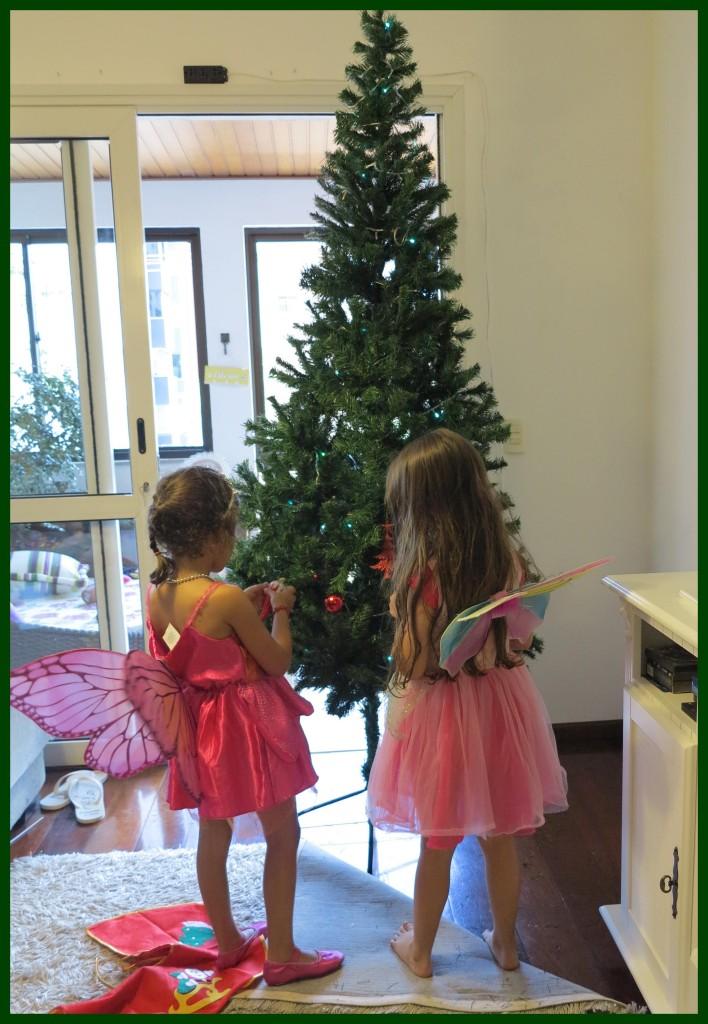 Ellerim e Yasmin começando a decorar a árvore de natal