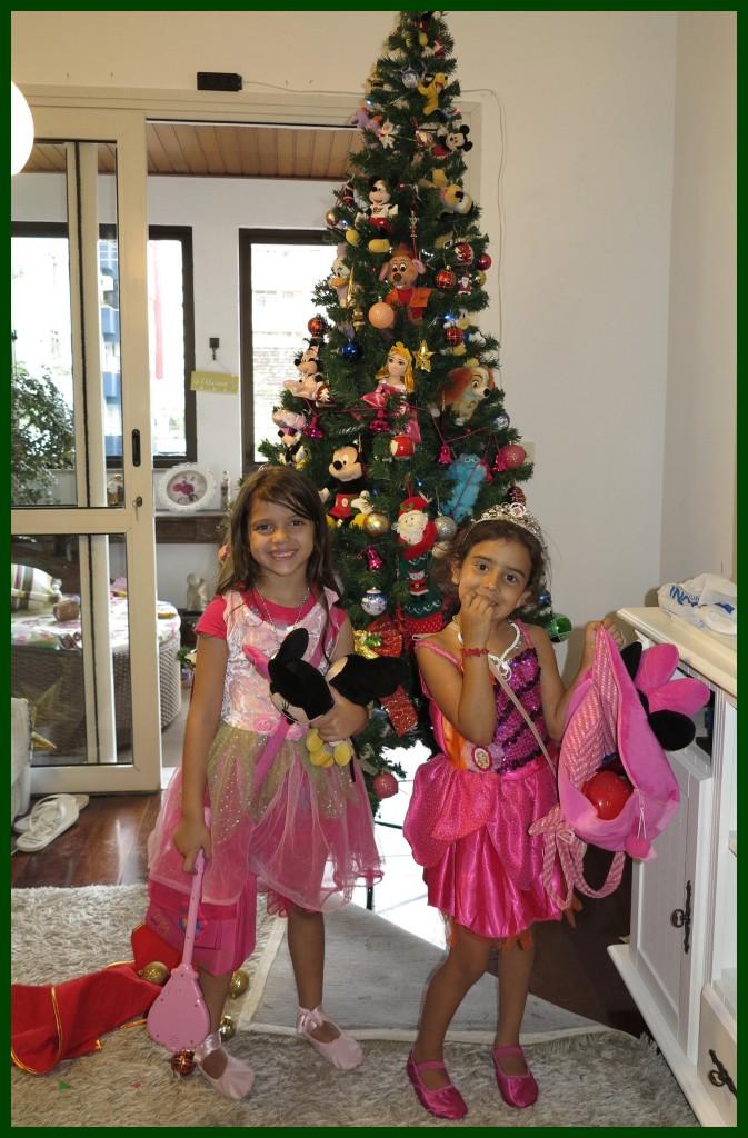 Ellerim e Yasmin na frente da árvore de natal que montaram