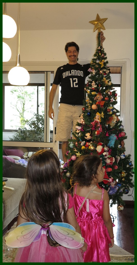 Ansiedade das meninas para colocar a estrela na árvore!