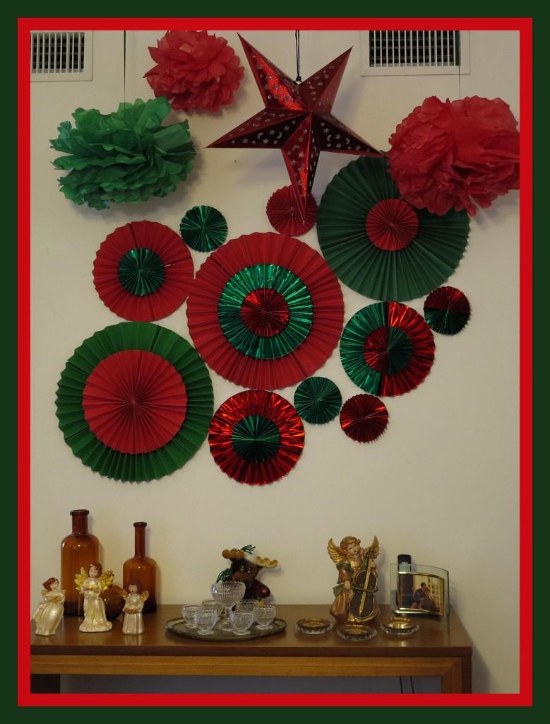 As paredes também ganharam enfeites, rosetas de papel feitas pelo papai Mauro. Clique aqui para aprender a fazer!