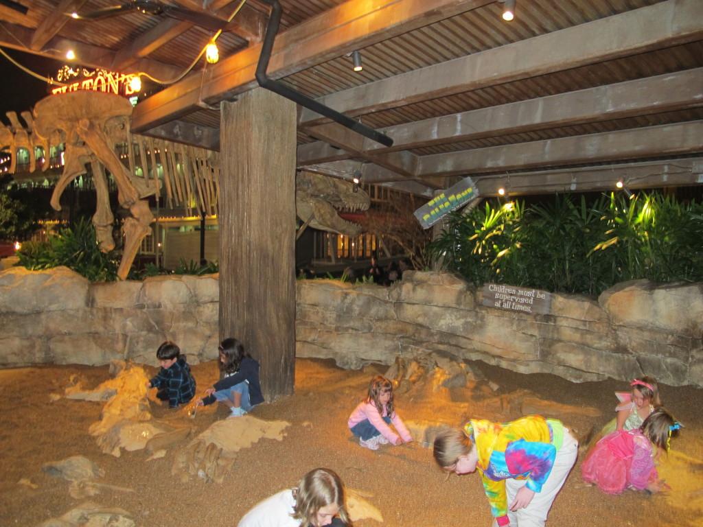 Ellerim brincando no centro de escavações de ossos de dinossauros no T-REX