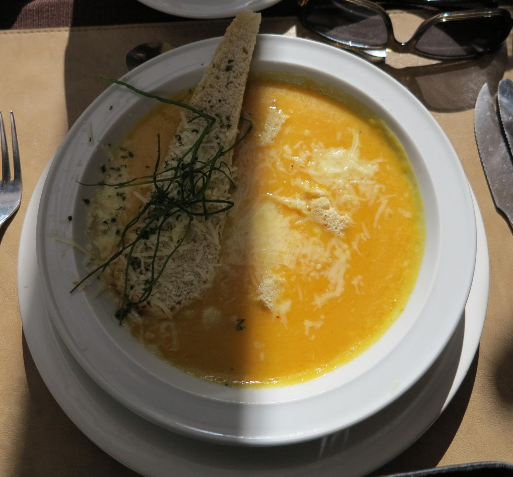 Sopa de abóbora no restaurante do hotel.
