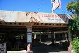 O restaurante fica na entrada da África,do lado esquerdo, no caminho para o Kilimanjaro Safaris