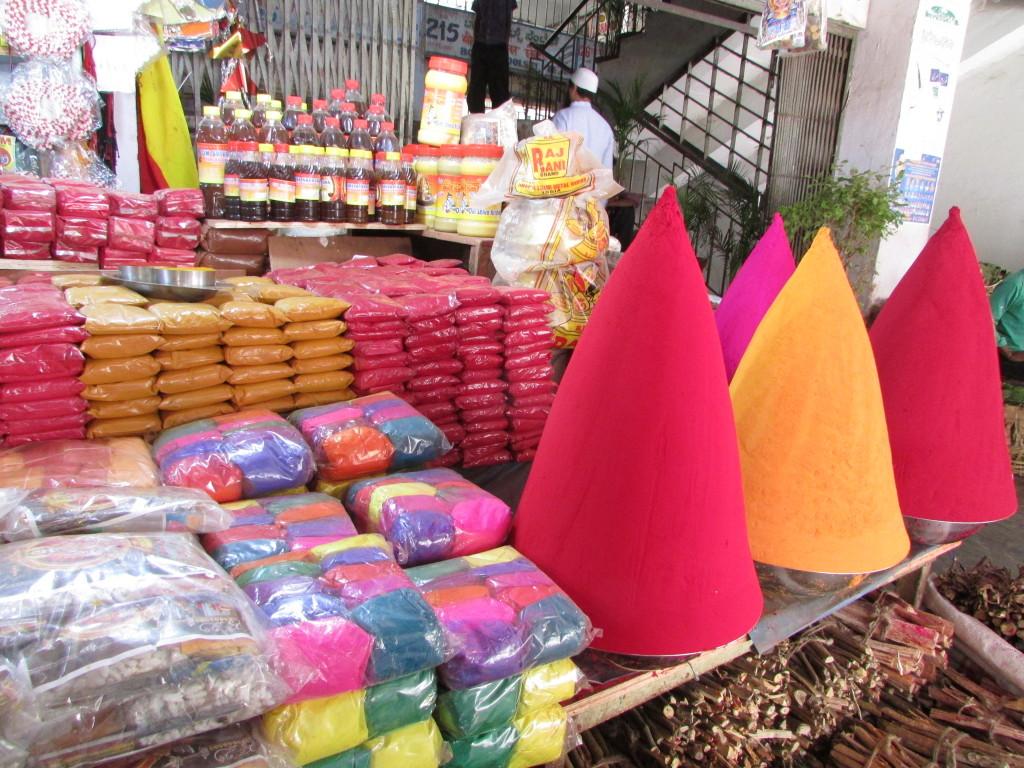 Pó colorido no Mercado Público em Bangalore