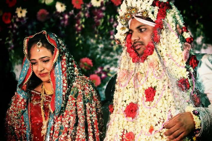 Casal de noivos em cerimônia Hindu