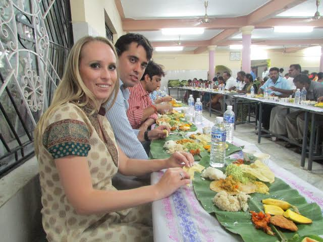 Prato e talheres é coisa para os fracos! A comiga tradicional mesmo é servida na folha de bananeira e comida com as mãos. (Janta vegetariana em um casamento)