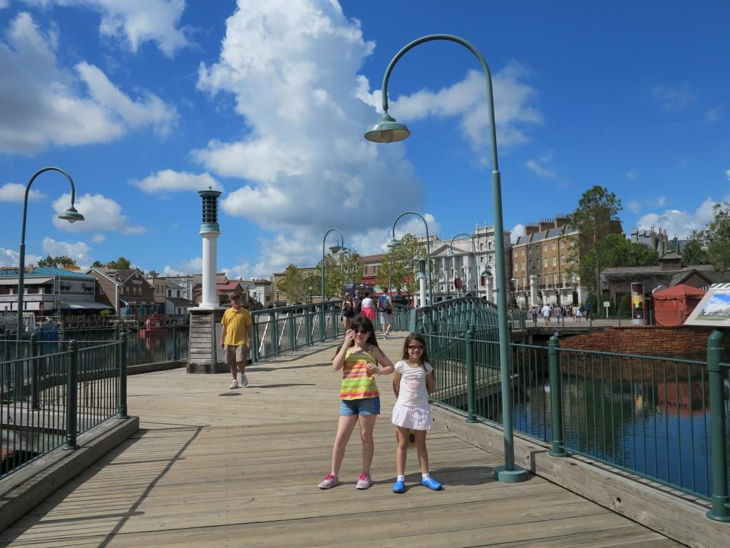 Nova ponte para chegar ao Harry Potter, em frente aos Simpsons.