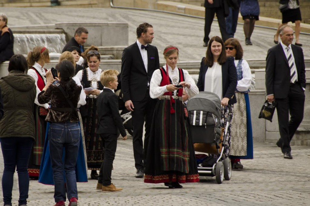 Família saindo de um casamento na prefeitura