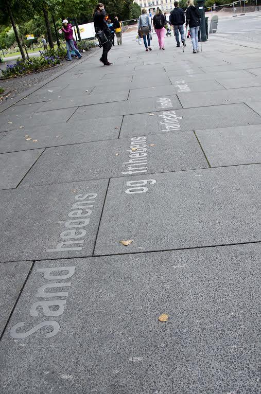 Incrustados nas calçadas, versos de Ibsen em letras metálicas (achei o máximo!)