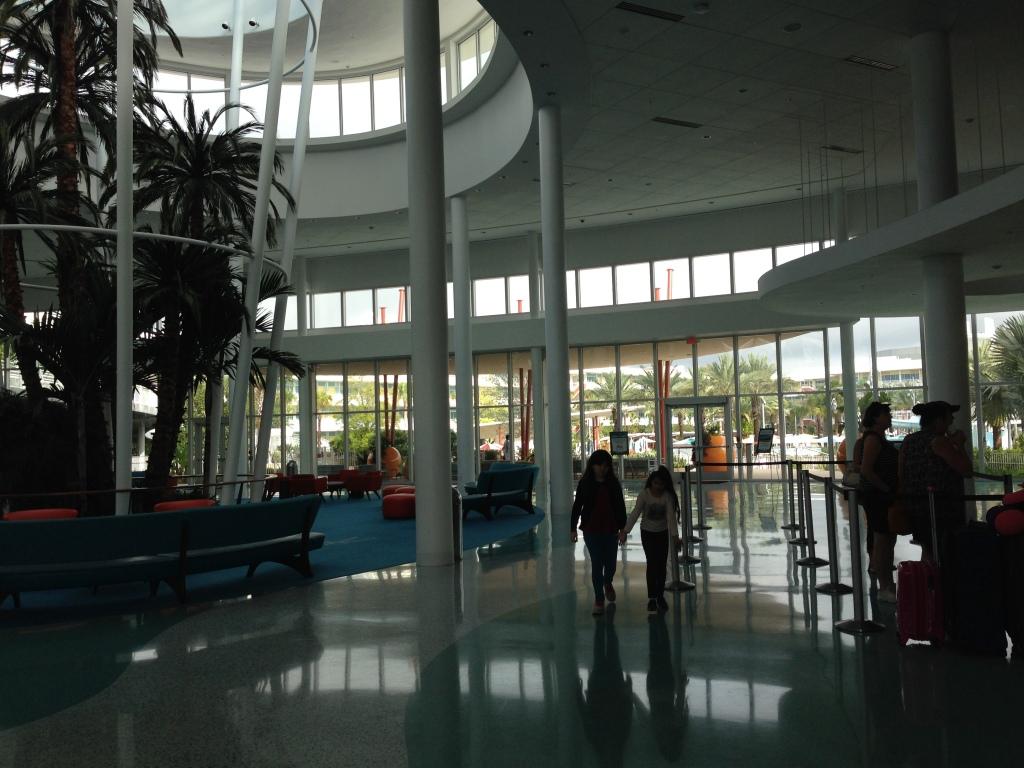 Enquanto eu fiz o check in, que foi super rápido, as meninas ficaram passeando pelo lobby. Conseguimos entrar mais cedo no quarto!