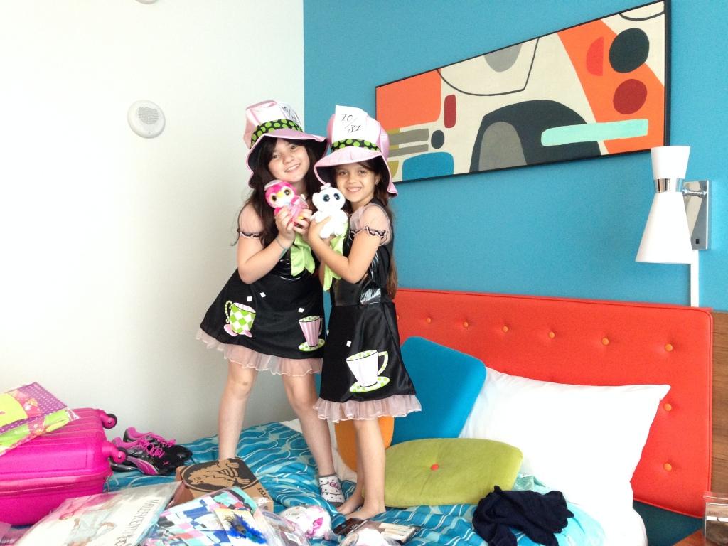 As meninas já chegaram felizes com as encomendas que fizemos pela internet!