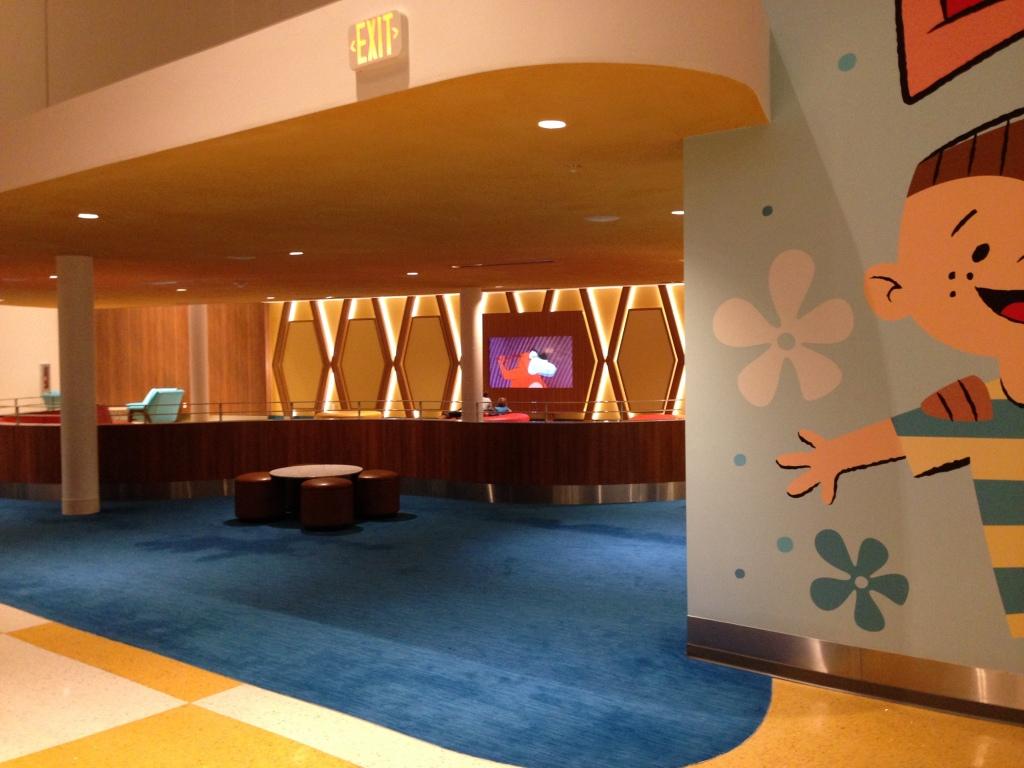 Na segunda entrada do Lobby tem uma área para as crianças assistirem tv.