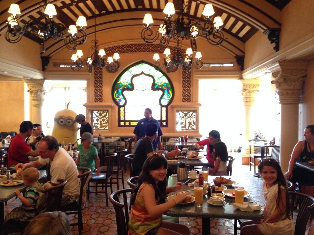 A comida é bem gostosa, um típico café da manhã americano (mas não é um banquete)
