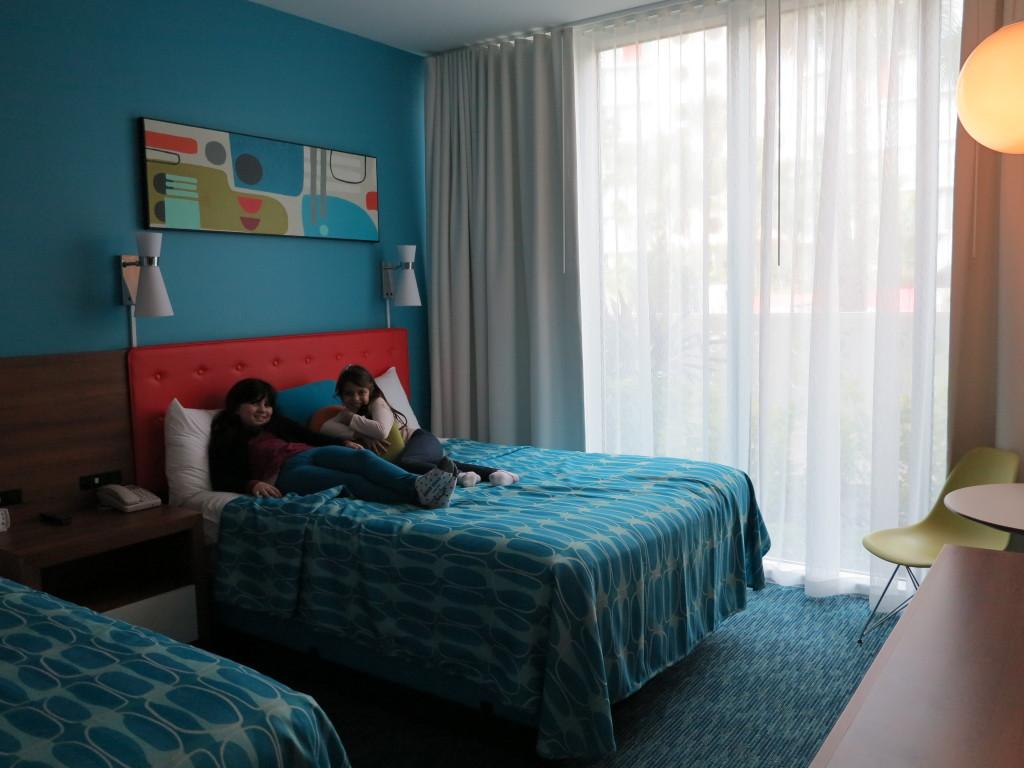 As meninas já adoraram o quarto retrô assim que chegamos!Felicidade total