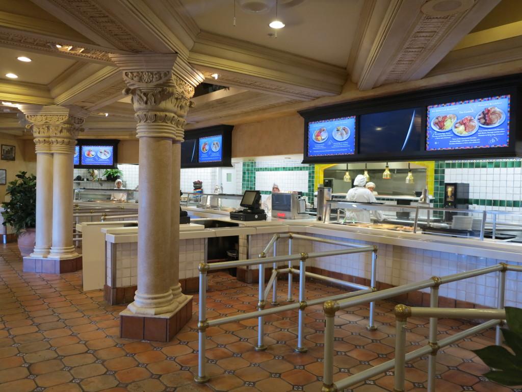 Quando entramos no restaurantes somos recepcionados e levados para a fila, para escolher os pratos (você precisa escolher o prato quando entra, mas depois pode repetir ou pedir outros à vontade!)