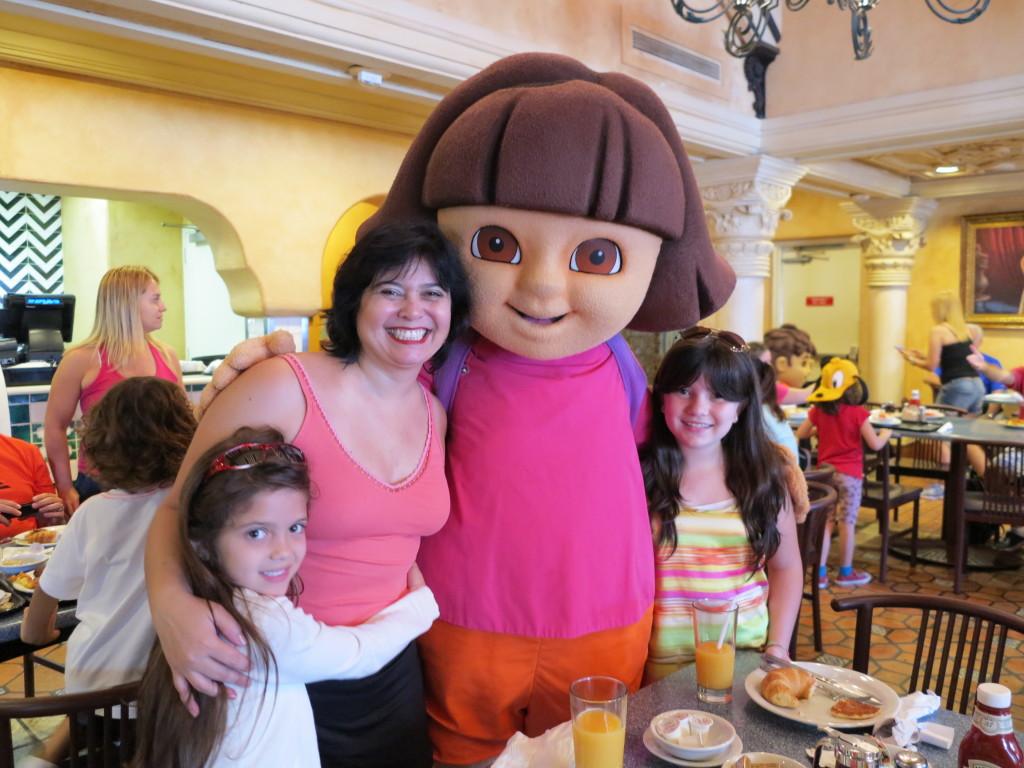 Depois apareceram a Dora, sua mochila (que também fala!!!)...