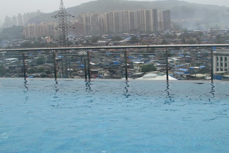 Piscina infinita do hotel com vista para a favela em Mumbai
