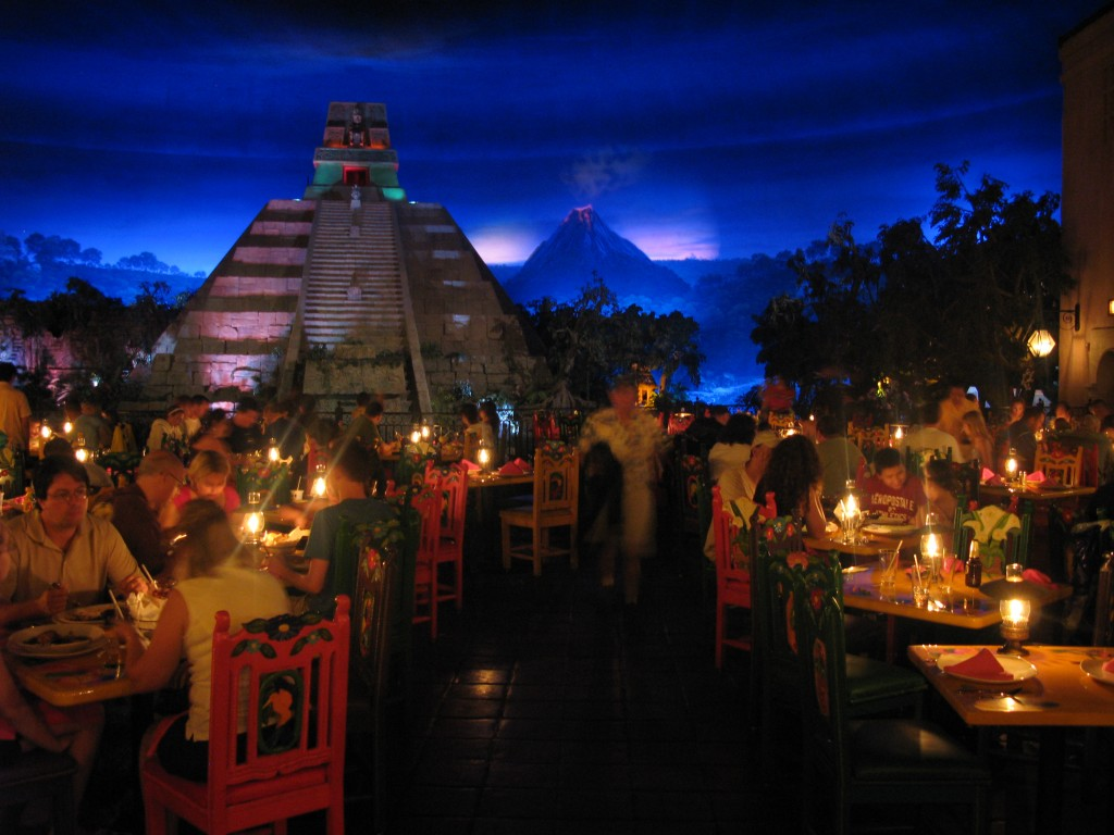 Vista do restaurante, com pirâmide e vulcão ao fundo