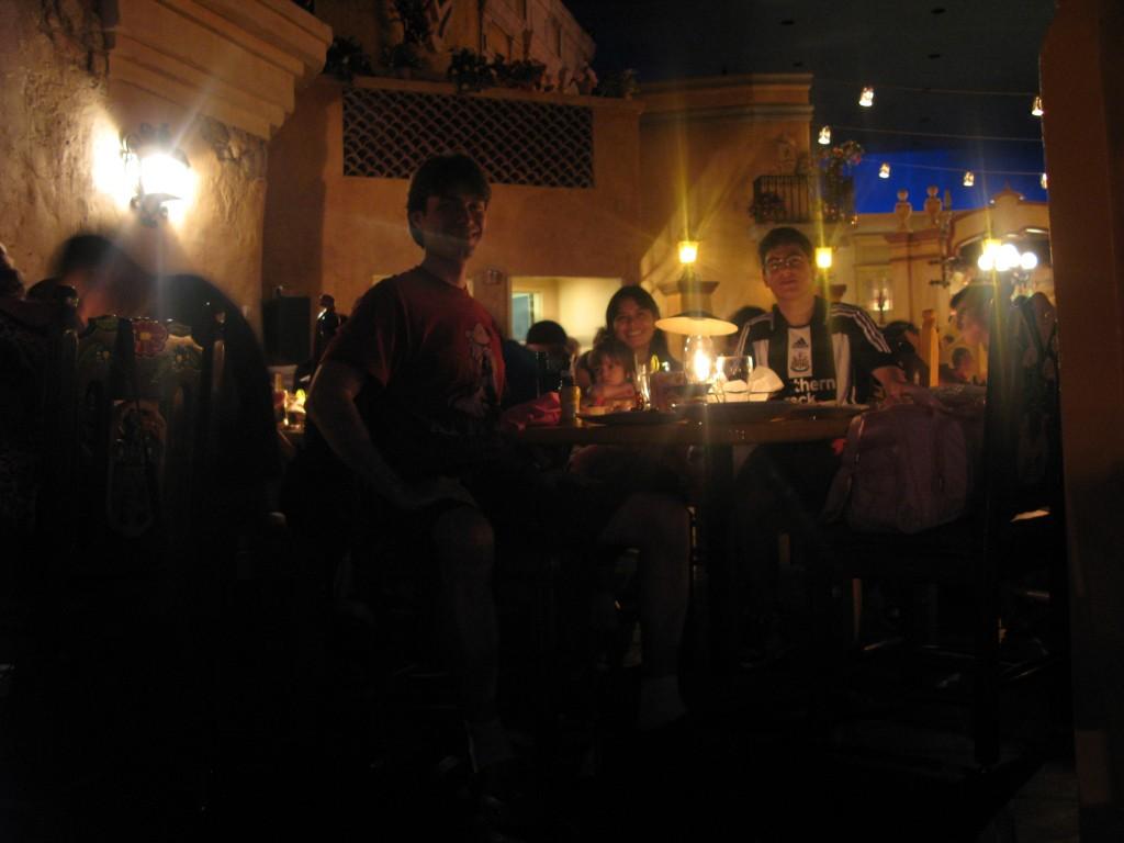 Almoçando (sim, não é noite de verdade lá fora) no San Angel Inn