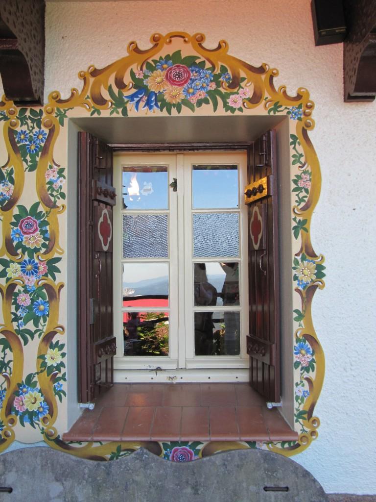 Afrescos pintados por toda a fachada da Casa do Papai Noel