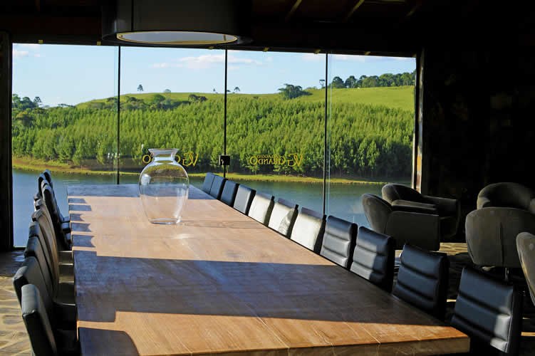 Durante a degustação, pode-se ficar dentro da recepção, ambiente muito aconchegante e confortável em que há sofás, cadeiras e lareira, como também, ficar na beira do lago e assim ter o privilégio de apreciar o belo pôr do sol que há no local.