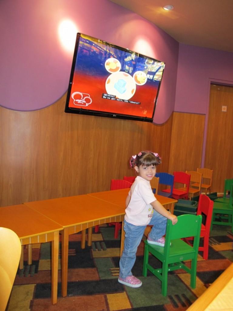 Área da televisão na Praça de alimentação do restaurante do pop Century