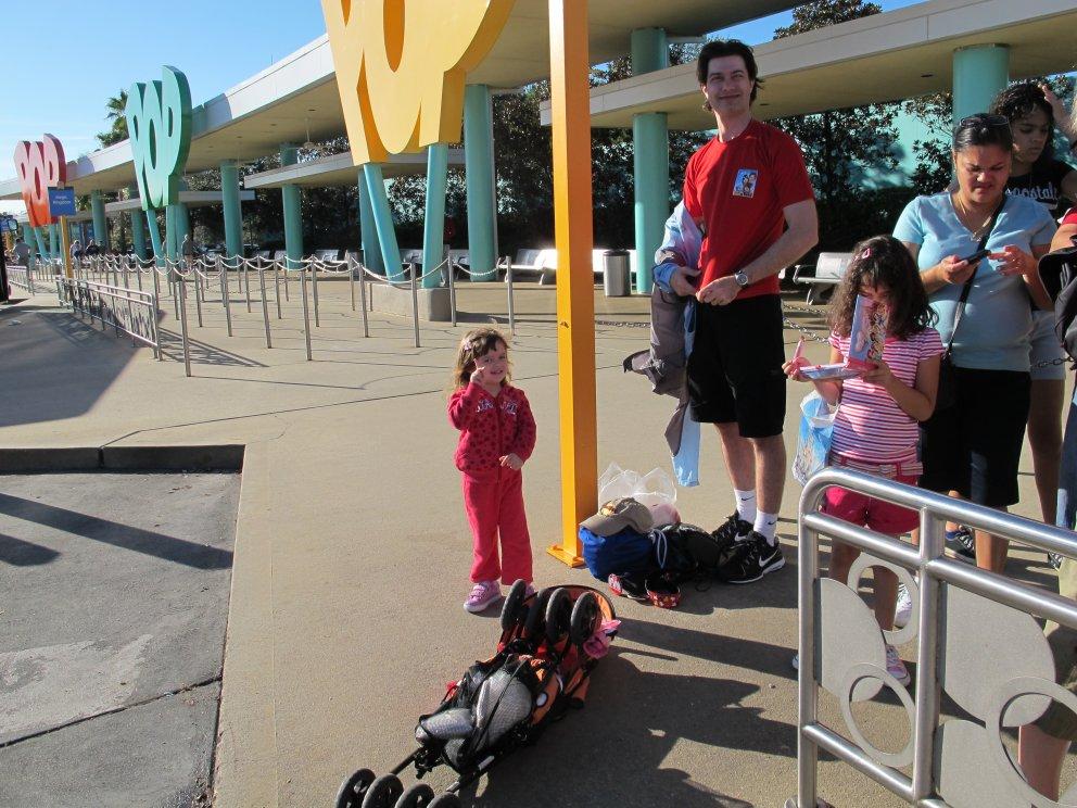 Ponto de ônibus na frente do Lobby, onde param todos os ônibus para os parques e Downtown Disney
