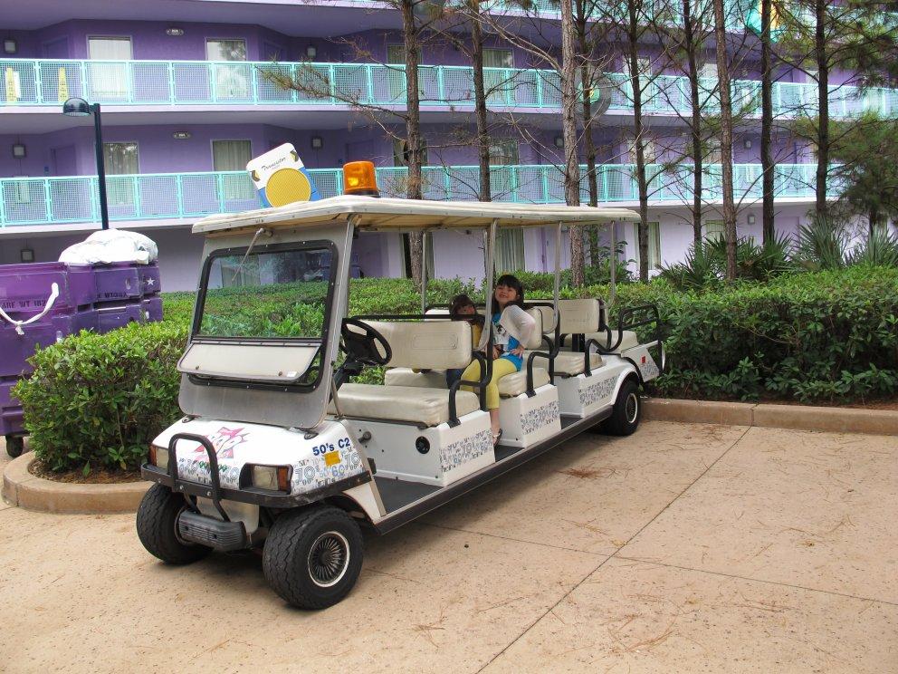 Os carrinhos que os funcionários usam para se locomover pelo hotel! Você pode pedir assistência para pegar e levar suas malas, pagando apenas gorjeta.