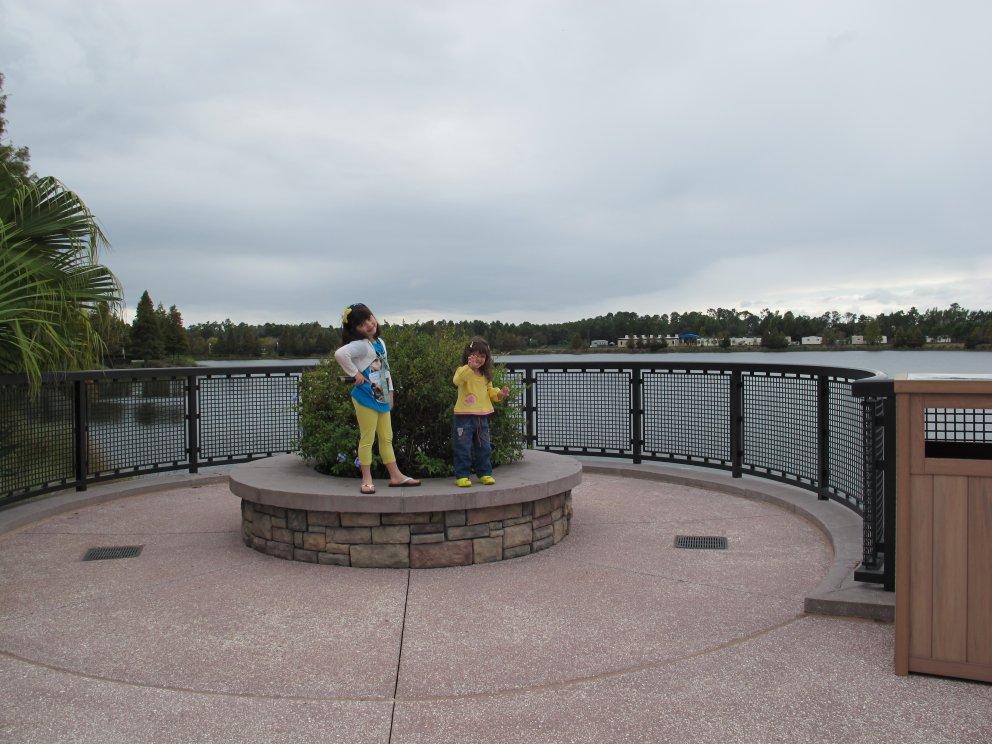 O lago é lindo. Mas fica bem aberto, e isso faz com que o hotel tenha vento (o que é ótimo no verão, e ruim no inverno).