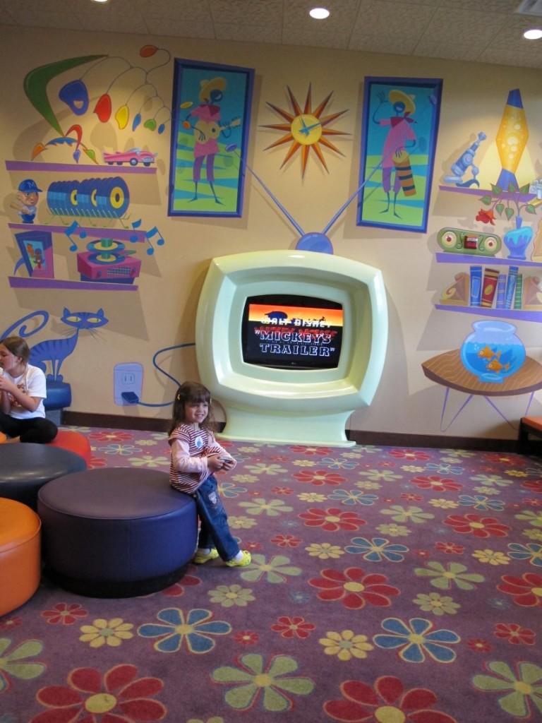 Na entrada tem uma TV e algumas distrações para as crianças, na frente do check in