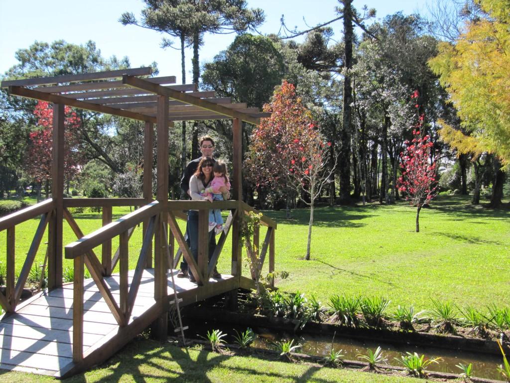 Passenado pelos jardins do Condomínio Laje de Pedra em Canela