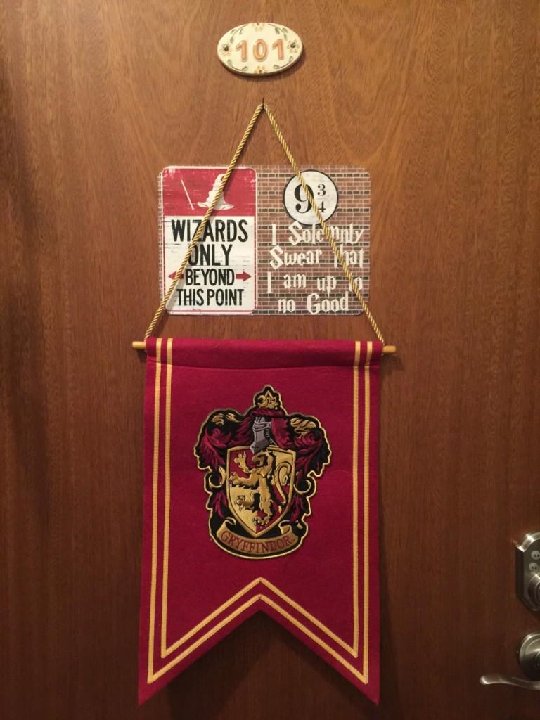Nós temos na entrada de casa o Banner com o brasão da Grifinória! Custa US$ 26