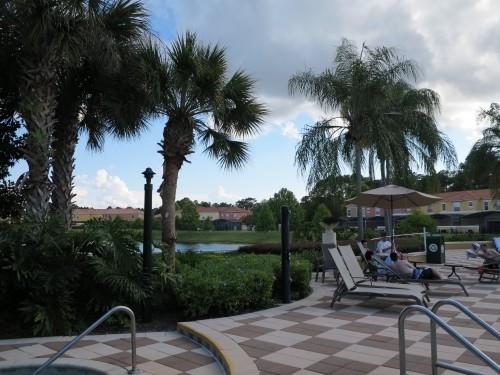 Área da Piscina em frente ao lago