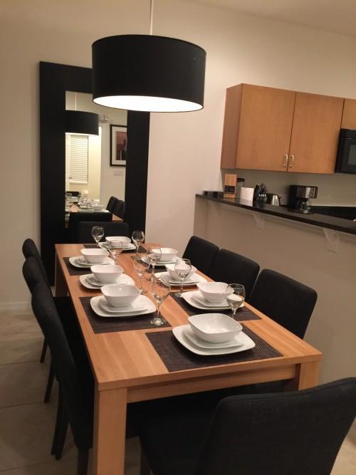 Mesa já arrumada para o jantar, para 8 pessoas, inclusive com taças.
