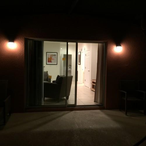Vista da áera externa privativa em direção a sala