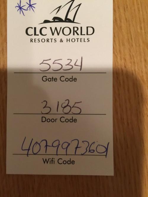 Outra facilidade é que tudo funciona com senhas, tanto a porta da casa quanto o portão! E tem Wi-Fi grátis!