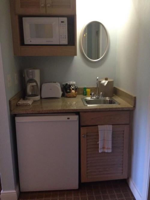 Os studios tem 2 camas queen, uma mini cozinha com geladeira e microondas