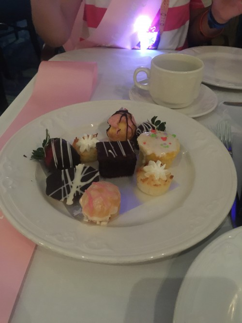 Um dos pratos com quitutes que acompanhavam o chá e café