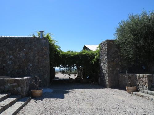 À direita a entrada da vinícola. `S esquerda, o restaurante e loja.