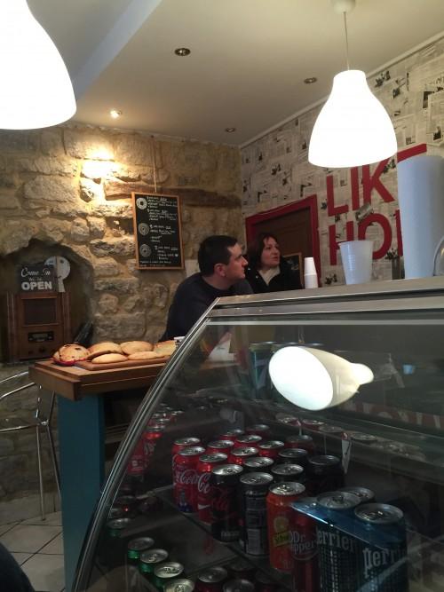 Interior pequenininho como a maioria da Boulangeries de Paris