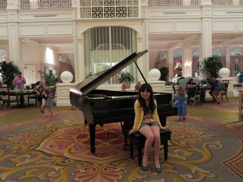 Durante a tarde, em vários horários, você assiste apresentações de piano e de uma banda no segundo andar