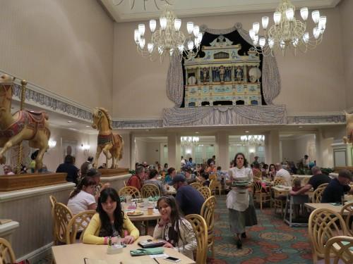 O interior do restaurante é lindo, com decoração bem clássica, no estilo do Hotel